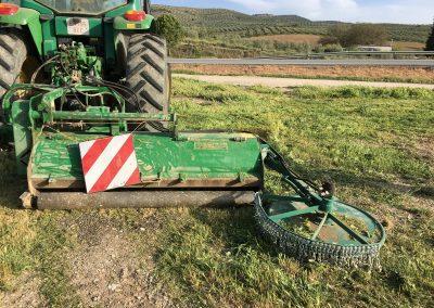 Desbrozadora desplazable con disco para desbrozar ruedos del olivo.